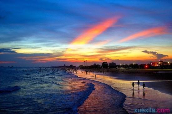 躺在沙滩椅上,仰望天空,虽然蓝 又想伸手抓一朵,带回家藏起来.
